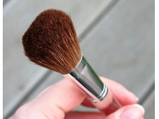 Zoom στο CLINIQUE BLUSH BRUSH (pinceau blush)
